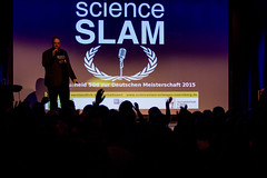 "Philipp Schrögel eröffnet den Slam • <a style=""font-size:0.8em;"" href=""http://www.flickr.com/photos/125048265@N03/22756103931/"" target=""_blank"">View on Flickr</a>"