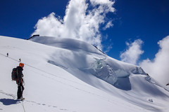 Punta Gnifetti (blaise3d) Tags: capanna margherita gnifetti monte rosa ghiacciaio crepacci neve montagna mountain snow blue sky alpinism alpinista uomo figura persona infinito vetta traguardo