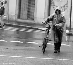 Milano, ciclista bagnato (Marco Busatto Photographer) Tags: marcobusatto milano lombardia duomodimilano duomo piazzadelduomo canon eos digitale chiesa gente people piazza madonnina galleriavittorioemanueleii 1diii bici bicicletta bike ciclista