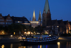 Schlachte in Bremen (fototraber) Tags: bremen schlachte schiffe gebäude dämmerung lichter bremenschlachte deutschland germany bluehour weser blauestunde city domtürme kirche