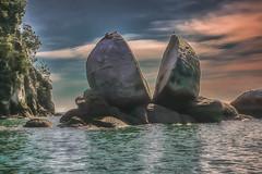 Split Apple Rock (Porschista) Tags: kaiteriteri abeltasmannationalpark newzealand marahau splitapplerock roca rock bahia bay badia