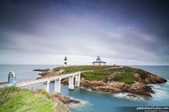 La ltima luz de Galicia (Pablo Mauriz Photography) Tags: espaa faro puente mar europa galicia litoral lugo roca acantilado orilla ribadeo largaexposicion infraestructura islapancha