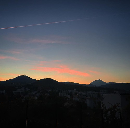 no tinc el meu estimat Tibidabo al paisatge, però tinc el Puy-de-Dôme! ☺️ #mountains #autumn #sky #skyviewers #skyline #skyporn #skypainters #volcano #sun #sunset #sunset_madness #sunsetlovers #sunsetporn #sunset_pics #europe_gallery #nofilter