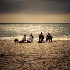 Tarde de domingo al sol frente al mar esperando la llegada de la tormenta (Aviones Plateados) Tags: canon eos550d rebel t2i kissx4 sand arena sorra platja playa beach sundays diumenge domingos sun sol square squareformat 500x500 1x1