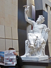 2016.12.01.020 PARIS - Musée d'Orasy - Touriste passionné par l'art (alainmichot93 (Bonjour à tous)) Tags: 2016 france îledefrance seine paris muséedorsay statue touriste journal