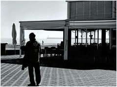 Mirando al mar (patosincharco) Tags: playa restaurante bn