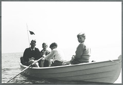 Archiv C317 Im Ruderboot, Mitte der 1950er Jahre (Hans-Michael Tappen) Tags: boys outfit outdoor gruppenfoto 1950s jungen kleidung ruder rowingboat ruderer frisuren 1950er wimpel fähnlein archivhansmichaeltappen