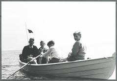 Archiv C317 Im Ruderboot, Mitte der 1950er Jahre (Hans-Michael Tappen) Tags: boys outfit outdoor gruppenfoto 1950s jungen kleidung ruder rowingboat ruderer frisuren 1950er wimpel fhnlein archivhansmichaeltappen