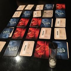 Codenames - เกมแข่งกันหาสายลับฝ่ายตัวเอง (ทีมฟ้าหรือทีมแดง) ด้วยการใบ้คำหนึ่งคำที่เกี่ยวโยงกับความหมายของคำที่ตรงกับตำแหน่งสายลับของทีมเรา หัวหน้าทีมซึ่งมีหน้าที่ใบ้คำต้องหาทางใบ้ให้โยงสายลับหลายคนให้ได้ในคราวเดียวโดยไม่โยงกับสายลับทีมคู่แข่ง ไม่อย่างนั้น