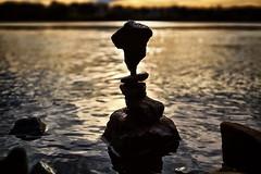 Steinskulptur im Abendschein (Smo42) Tags: wasser steine balance art elbe sonnenuntergang abend ufer sonya58 sal1650 steinstapel