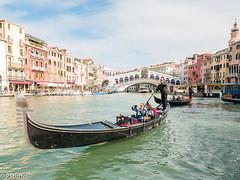 Gondola in front of Rialto bridge, Venice (patuffel) Tags: venice venezia italia italy rialto bridge selfie canal grande gondula gondel selfi gondola gondoliere