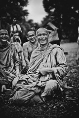 Maître bouddhiste thaïlandais (Tom Piaï Photographie) Tags: men old ancien nationalgeographic natgeo ngc temple angkor phnombakheng cambodia cambodge blackandwhite noiretblanc smile content souriant happy ceremonie bénédiction priere vénération maître bouddhisme bouddhiste face portrait