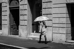 Donna con ombrello. (jcof) Tags: blackandwhite blancoynegro calle city ciudad donna lluvia mujer ombrello paraguas pioggia rain roma strada street umbrella woman