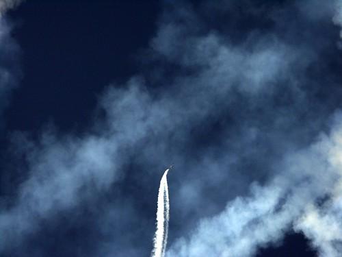 aerei su cielo azzurro in salita con scie