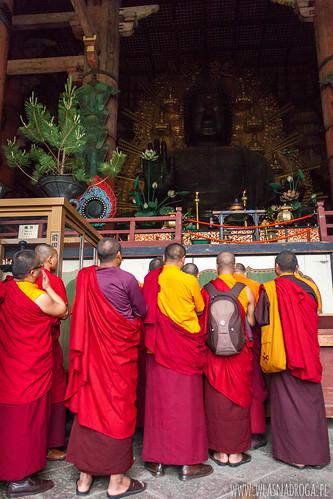 Mnisi u stóp Wielkiego Buddy w świątyni Todaiji