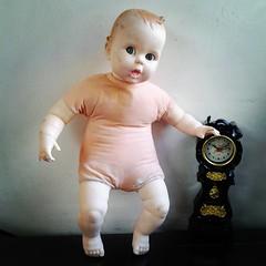 หนุ่มน้อย สูงประมาณ17นิ้ว ตากลอกซ้าย ขวา มอมหน่อยมีแตกตรงใกล้ๆขาตามรูป ยังไม่ได้เย็บค่ะ ขายเลย 650 บาท#Gerber ปี1979 #vintage dolls