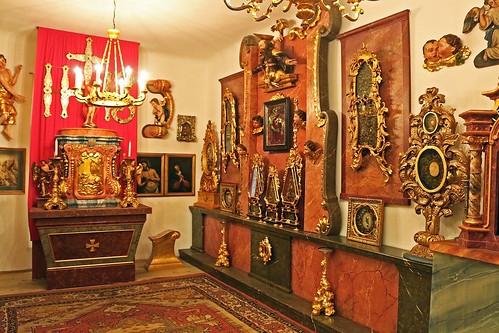 Niedersulz. Pfarrhof-Museum. Devotionalien und Reliquien-Pyramiden