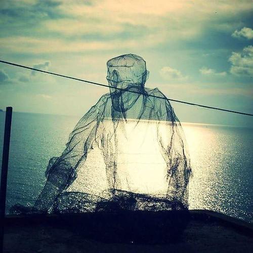 """Na cidade de Pizzo Calabro, na Calábria, ao subir em direção ao Castelo , deparei-me com a  instalação do #artista milanês Edoardo Tresoldi que retrata um homem olhando para o mar. A obra se chama """"O colecionador de ventos"""" (em italiano, """"Collezionista di"""