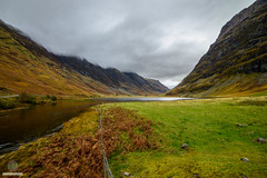 Glen Coe - Loch Achtriochtan (w.mekwi photography [here & there]) Tags: loch autumn scotland lochachtriochtan flow a82 glencoe uk hills wmekwiphotography nikond800 fence
