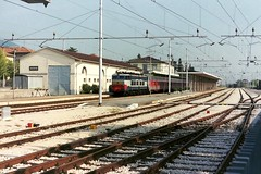 656.079 stands in Assisi 15-09-89 (Tin Wis Vin) Tags: locos railways assisi fs italy e656 656079 caimano