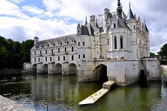 Castle in a river, Chateau Chenonceau (Arjan Hamberg) Tags: bridge france castle river frank cast frankrijk brug chateau chenonceau kasteel rivier