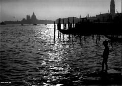 1982 Venezia (antosti) Tags: ex canon italia persone chiesa campanile bimbo laguna venezia bianconero gabbiano gondole veneto ql attracco