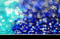 Aus blauem Himmel - Out Of The Blue (Bernd Kretzer) Tags: schmelzgranulat melting pellets bokeh makro macro unscharf abstrakt abstract blau blue opteka macrolinse 10x