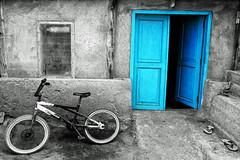 indonesia - lombok (mauriziopeddis) Tags: indonesia lombok fisherman village villaggio dei pescatori bycicle blu bicicletta door