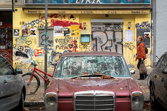 161008_SAM_9116 (Jan Jacob Trip) Tags: berlijn duitsland prenzlauerberg berlin people germany street streetphotography mercedes benz car grille chrome metal wall bike bicycle headlight hood lamppost graffiti parking red yellow blue