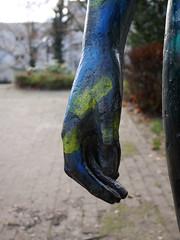 Die Hand. / 28.11.2016 (ben.kaden) Tags: berlin marzahn jürgenpansow schreitender bronzeplastik skulptur kunstderddr kunstimöffentlichenraum 1985 bildhauerei detail hand 2016 28112016 mehrowerallee