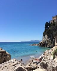 Sunny side of the sea (KikoPhotos) Tags: ombrellone scogli iphone sunnyday holiday bluesky liguria sea mare estate summer playabeach