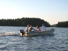3 Samassa veneessä saareen