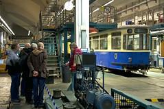 Am sdlichen Ende der Halle konnte auch ein Blick auf den derzeit dort abgestellten P1-Wagen 102 geworfen werden. Reinhold Kocaurek von den Freunden des Mnchner Trambahnmuseums e.V. erlutert den Besuchern Details zum Neuzugang des Vereins (Frederik Buchleitner) Tags: 102 fmtm freundedesmnchnertrambahnmuseums hw hauptwerksttte mgwagen mvg munich mnchen p1wagen ramersdorf strasenbahn streetcar tram trambahn freundedesmnchnertrambahnmuseums hauptwerksttte mnchen straenbahn