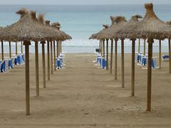Mallorca Strandimpressionen bei Regen (anriro96) Tags: elements mallorca pegera strand schirm sonne regen rain