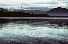 Die Alpen föhnen sich frei, mich friert trotzdem. (Manuela Salzinger) Tags: chiemsee bayern bavaria chieming herbst autumn abend evening see lake