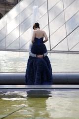 LOuVrE (Gerard Hermand) Tags: 1609204622 gerardhermand france paris canon eos5dmarkii formatportrait couple louvre bassin pool pyramide pyramid eau water
