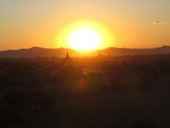 "Bagan: coucher de soleil depuis la pagode Pyathada Paya <a style=""margin-left:10px; font-size:0.8em;"" href=""http://www.flickr.com/photos/127723101@N04/23416550176/"" target=""_blank"">@flickr</a>"