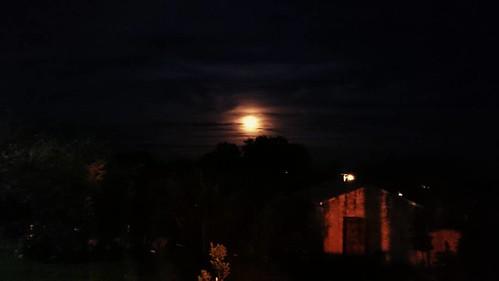 La luna se tiño de naranja