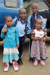 Zusjes Sumaya en Rukaya bezoeken hun broers Mulki en Swahele op school