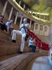 Die Besucher sitzen auf Holzplanken im Teatro Olimpico / Vincenza. (Süßwassermatrose) Tags: italien italy italia outdoor tourists architektur gebäude italie vicenza 2015 venetien teatroolimpico