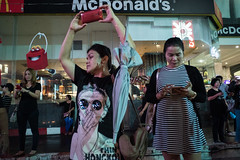 #17 (Sakulchai Sikitikul) Tags: street snap streetphotography songkhla sony voigtlander 28mm thailand a7s mcdonald smartphone
