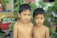 brothers (the foreign photographer - ฝรั่งถ่) Tags: jul172016nikon two boys brothers khlong lard phrao portraits bangkhen bangkok thailand nikon d3200
