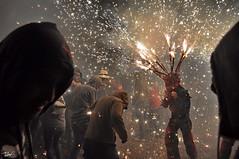 Correfoc 056 (Pau Pumarola) Tags: correfoc foc fuego feu fire feuer guspira chispa étincelle spark funke festa fiesta fête fest diable diablo devil teufel catalunya cataluña catalogne catalonia katalonien girona diablesdelonyar