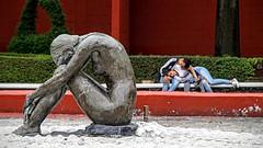 VENCIDOS POR EL AMOR. (FOTOS PARA PASAR EL RATO) Tags: curiosas amor coyoacn cdmx esculturas calles personas
