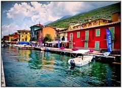 Bunter Hafen am Gardasee (almresi1) Tags: lagodigarda gardasee lake see italien italy houses huser colours bunt boot wolken