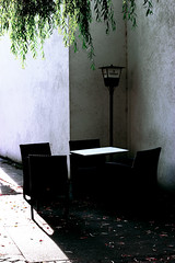 Niche (Isengardt) Tags: light shadow lamp leaves wall bar canon germany table deutschland eos 50mm restaurant lampe licht cafe europa europe chairs niche wand slot tisch bltter lightshadow schatten sitzecke ecke alcove sthle sitzen badenwrttemberg plochingen lichtschatten 550d nische unbesetzt alcoven