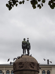 _9120040 Månen og Jorden with visitors.jpg (JorunT) Tags: oslo skulptur 2015 nasjonal ørnulfbast fotovandring månenogjorden