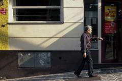 J essa hora? (renanluna) Tags: homem man horas time relgio clock cores colors cor color colorido colorful sopaulo sp br 55 fuji fujifilm fujifilmfinepixx100 x100 renanluna