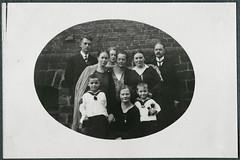 "Archiv Chr030 ""Ostern 1928"", war am 8. April 1928 (Hans-Michael Tappen) Tags: archivhansmichaeltappen osterfest 1928 familienfoto kinder children kind child outfit eltern mutter vater mother father matrosenanzug outdoor 1920s 1920er"
