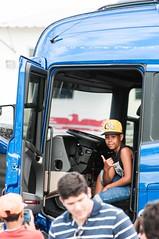 Na Boleia (Centim) Tags: caminhão boleia garoto menino jovem serhumano pessoa município interior cultura mg brasil br cidade estado país sudeste continentesulamericano américadosul foto fotografia nikon d90 parádeminas evento